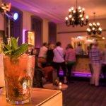 Sportbar mit feinen Drinks und live Musik am Freitag