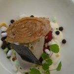 Un sorbet aux olives sur lit de framboises et ses douceurs SOMPTUEUX