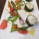 Cabillaud, médaillons de cabillaud en habit d'algues nori, jeunes légumes de saison