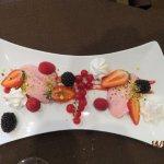Diagonale de fruits rouges frais, meringues au cactus, crémeux de fraises.