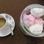 Café servi avec des meringues..