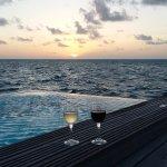 Sonnenuntergang mit Blick über den Pool