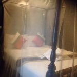Great high 4 post bed - however the mosquito net didnt go all the way round - defeats purpose?