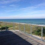Blick von der sehr großen Terrasse auf Strand und Ostsee.