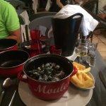 Moules au gorgonzola accompagnée d'un verre de vin blanc