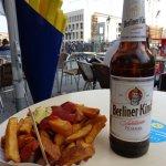 Currywurst acompanhada de uma cerveja bem gelada