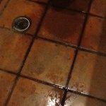 baños con piso mojados y enlodados