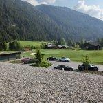 Die Porsche-Cabrios vor dem Hotel, Blick Talabwärts