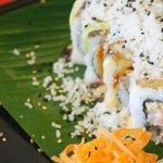 Camarón, Spicy King Crab, cream cheese, platano maduro, aguacate, topping de tallarines por fuer