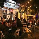 Bonito y agradable lugar, con un excelente y variado menú, situado sobre una de las calles más h