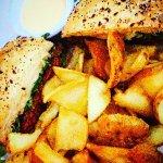Burger de boeuf épicé avec pain artisanal accompagné de ses chips