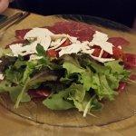 Carpaccio di Manzo, der Teller war, unter dem Salat, voll mit fein geschnittenem Rindfleischsche