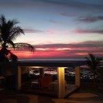 langit senja terlihat dari resto hotel