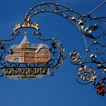 Das traditionsreiche, gusseiserne Schild des Schwarzwaldhof in Hinterzarten