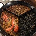 Paella triple: Arroz con galeras y alcachofas+ arroz negro + paella con bogavante