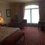 Un muy buen hotel, con una cama enorme y una habitación aún más grande.