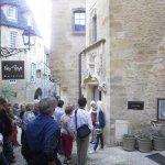 notre guide françoise nous fait découvrir de petites rues et batiments chargés d'histoire ..