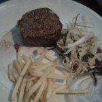 Helt magnifik tonfisk med sallad och oxfilen med senapsfrö på toppen var tillagad till perfektio