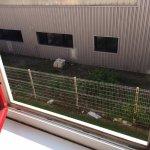 Les détritus de la zone industrielle en guise de vue de la fenêtre