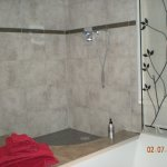 chambre bougainville, douche et baignoire