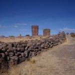 """Caminho até as 'chullpas"""" no sítio arqueológico de Sillustani"""