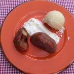 Pfirsich mit Doppelrahm mit hausgemachtem Vanilleeis