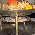 На таком блюде нам подавали еду: горячие угли подогревают кушанье