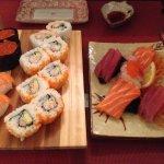 Assortiment de sashimi et divers sushis
