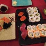 Sashimi de saumon et divers sushis