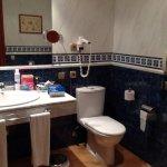 Cuarto de baño muy amplio y bien equipado, albornoces y zapatillas.