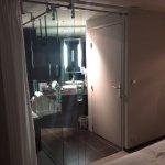 séparation vitrée entre la chambre et la salle de bain