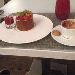مطعم و مقهى جي دابليو ماريوت ، الدخول يكون عن طريق بوابه فندق الماريوت ، مستوى عالي من الخدمه ،