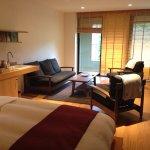 特室kou雅の洋寝室。テラスから川が見えます。隣りは和室。