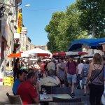 Ook op de grote markt in Olonzac zijn er genoeg plekjes om even iets te drinken.