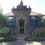 вход в отель как в храм ) на Бали в каждый дом очень красивый вход )