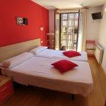 Habitación roja / doble con balcón y baño compartido