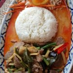 M13 Mittagsplatte: Rindfleisch mit rotem Curry, Aubergine, Bohnen, Basilikum, Bambus