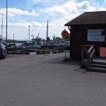 Parkeringen och hamnen vid L8.