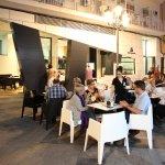 Fachada y terraza de cafetería