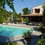 La piscine très agréable avec transats et parasols...verdure et fleurs.