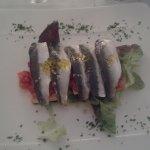 Sardinas marinadas sobre crujiente con vinagreta de fresa
