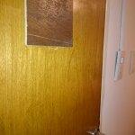Hueco en la puerta de la habitación mal disimulado