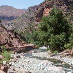 Huikaisevat maisemat ja verheä luonto joen varrella antavat monipuolisen kuvan alueesta.
