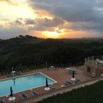 Sonnenuntergang beim Abendessen über dem Pool