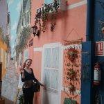 En Ciudad Vieja en la peatonal, llegando a la Rambla, hay un patio de arte, artesanías y comidas