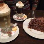 Un cafe Frawens, un capuccino y una porción de torta para compartir