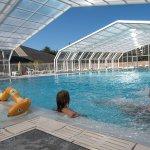 Notre piscine chauffée et couverte, avec son grand bassin, son banc à bulles et sa pataugeoire e