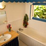 Villa Hibiscus, salle de bains avec baignoir et Douche
