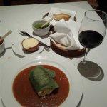 Pechuga de pollo rellena de requesón en salsa especial del chef y copa de vino Cune de la Rioja