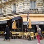 La terrasse vers la rue Daguerrre réputée pour la qualité de ses commerces de bouche